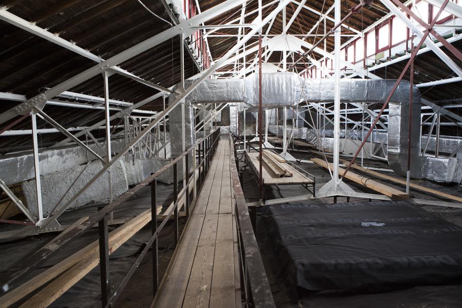 Op de zolder werd het volledige binnenwerk van de klimaatregelaar geplaatst. Daarnaast werd de volledige ijzeren dakstructuur brand- en roestwerend behandeld.