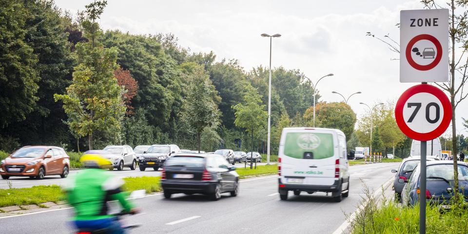 Weg met verkeersbord dat begin van de lage-emissiezone (LEZ) aanduidt.