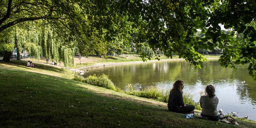 twee mensen genieten van het groen in het stadspark