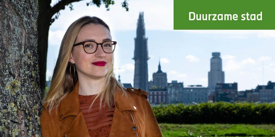 profielfoto van Petra De Rijck. Op de achtergrond de skyline van Antwerpen