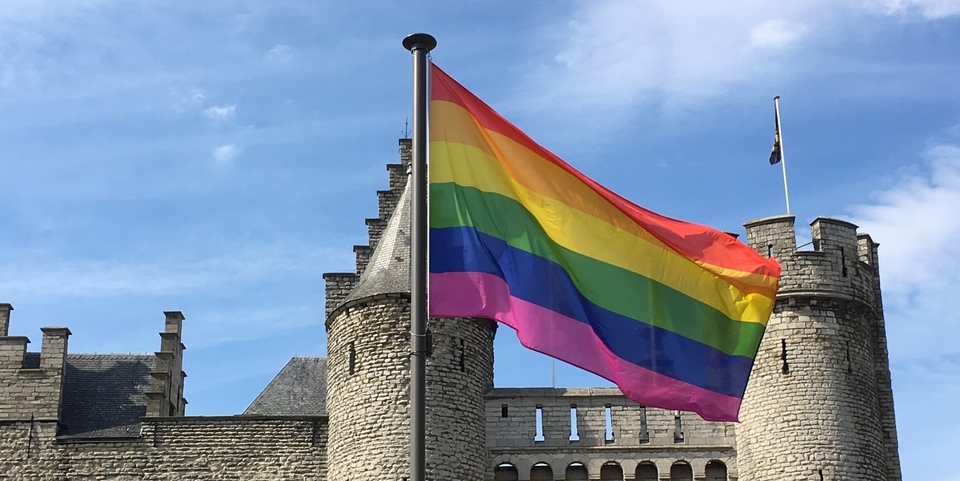 Regenboogvlag wappert aan Het Steen