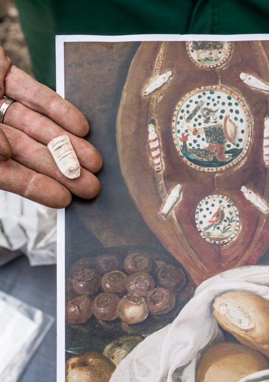 kleipijpen beeldje, wikkelkindje' in de vorm van een ingebakerd Christusfiguur