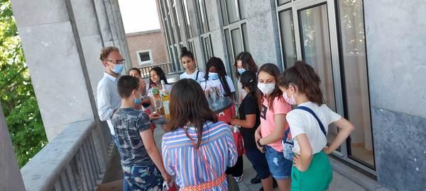 Het Junior Team sluit af op het terras van het districtshuis.
