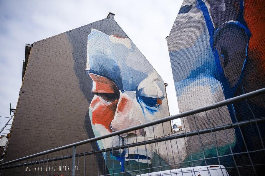 'We all live with HIV' door Larsen Bervoets. Ontdek streetart in hartje Antwerpen met de Antwerp Museum App