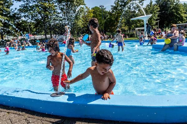 Kindjes spelen met de fontein in het peuterbad van zwembad De Molen