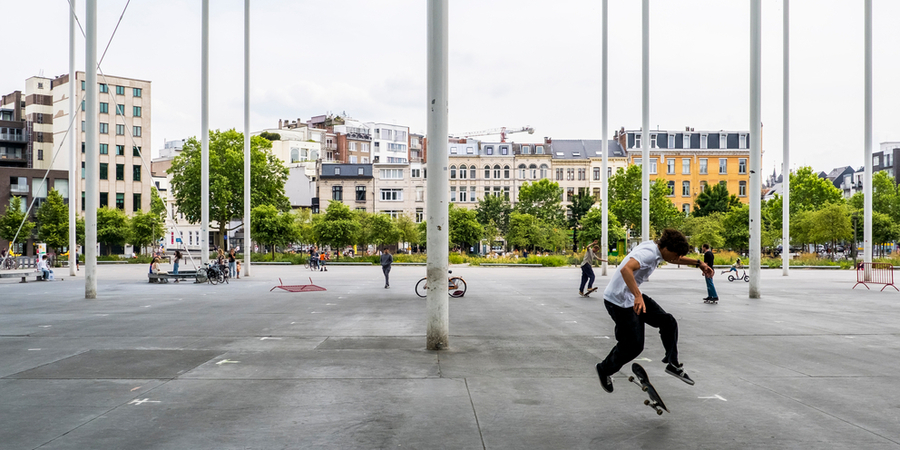 Een jonge skater op het Theaterplein.