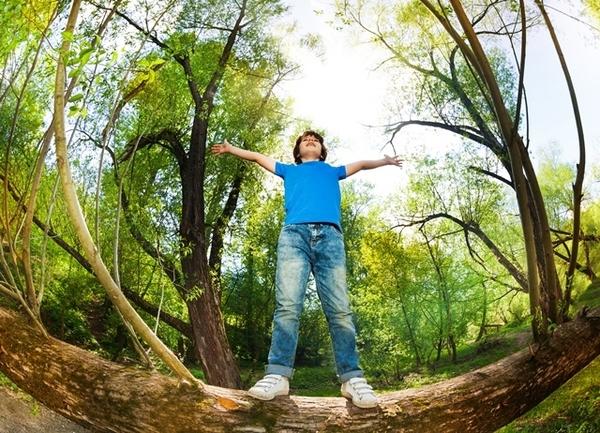 spelend kind in de natuur