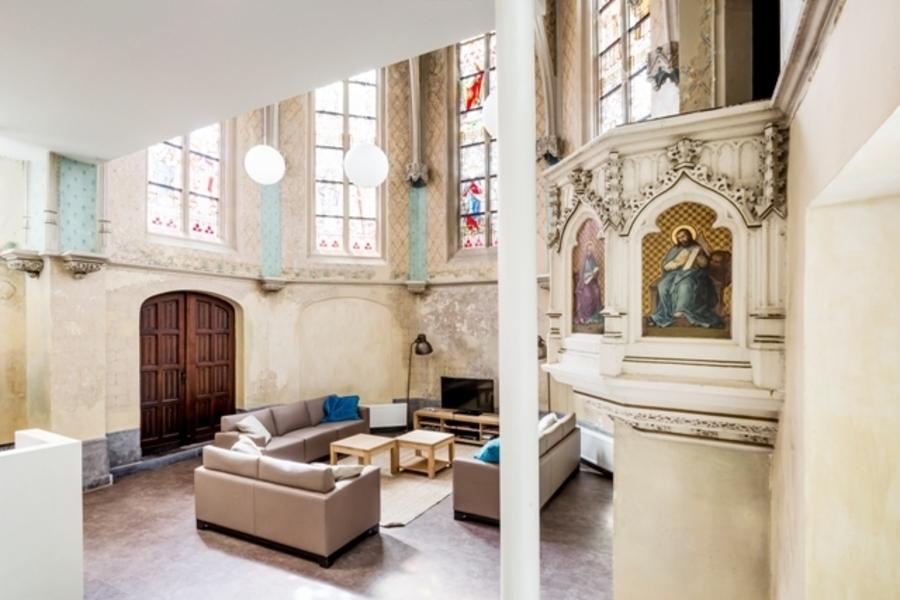 De Grote Robijn: In de vroegere kapel is een leeshoek en ontspanningsruimte voor de leefgroep gecreëerd. De glas-in-loodramen zijn gerestaureerd en ook de preekstoel is behouden.