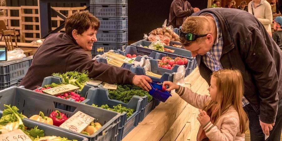 Groenten verkopen op de lokaalmarkt