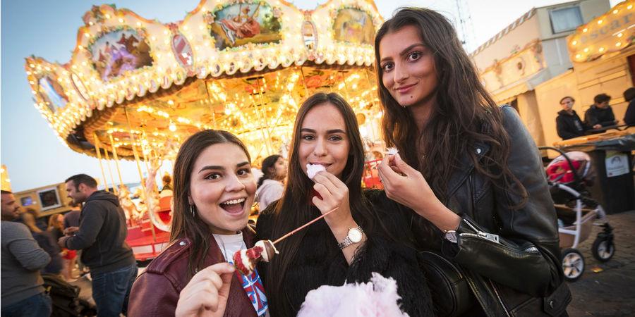 Drie jongedames eten samen een suikerspin