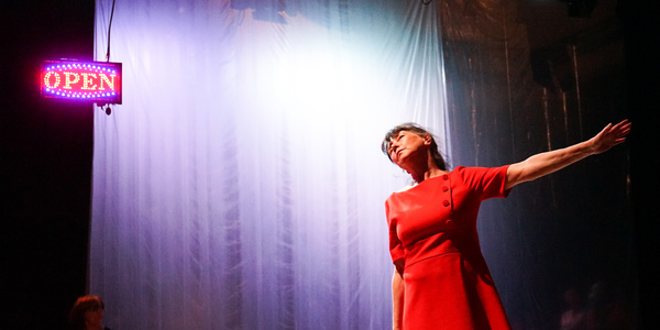 actrice met rode jurk op podium