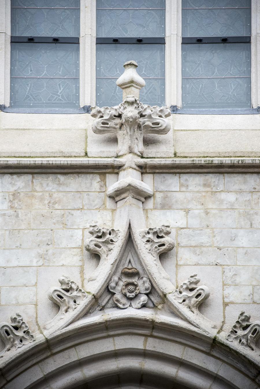 Detail van gerestaureerde gevel van kerk Brabantse Olijfberg