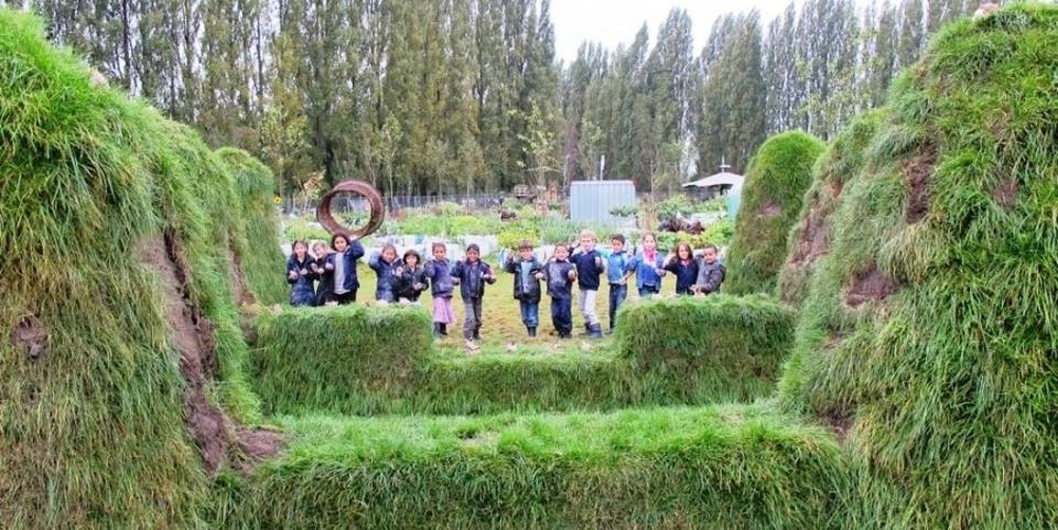 Leerlingen volgen een workshop in een samentuin