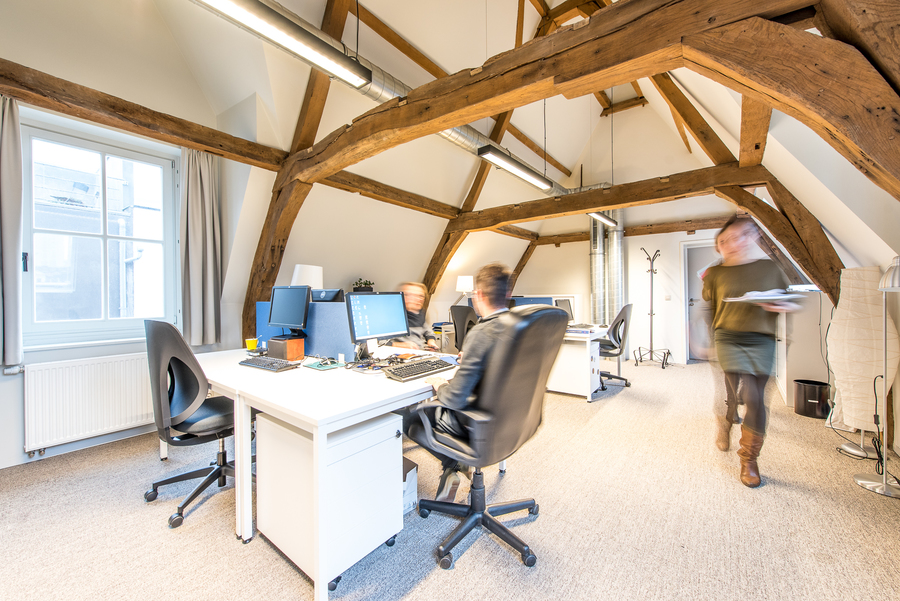 De authentieke dakconstructie werd opnieuw vrijgemaakt en hersteld. De kantoorruimten zijn comfortabel ingericht en voorzien van een huiselijk tapijtvloerbekleding.