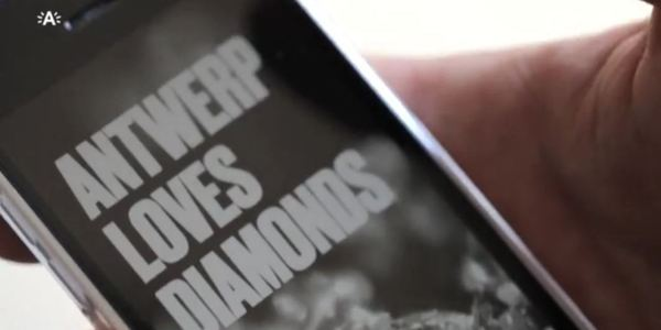 Smartphone met app Antwerp Loves Diamonds