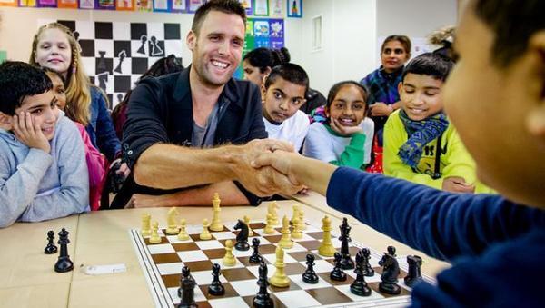 Kinderen schaken met leerkracht