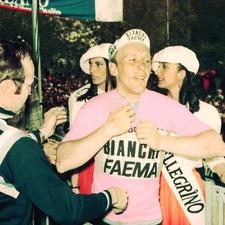 Wielrenner Rik Van Linden krijgt een roze leiderstrui aangemeten.