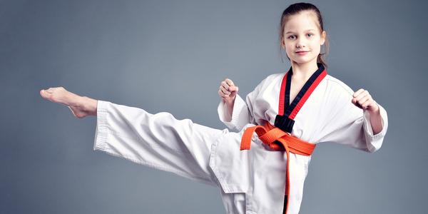 Meisje doet gevechtsport.