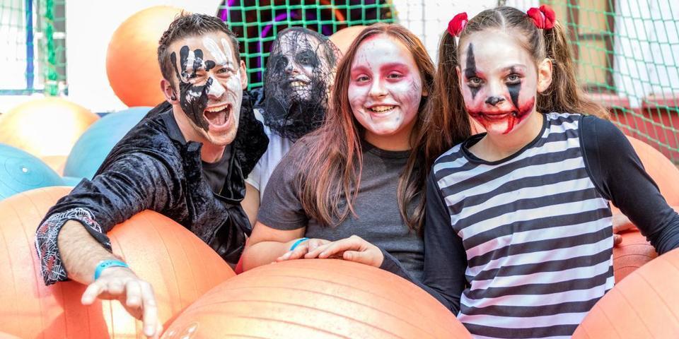 deelnemers tijdens de Halloween Survival Run
