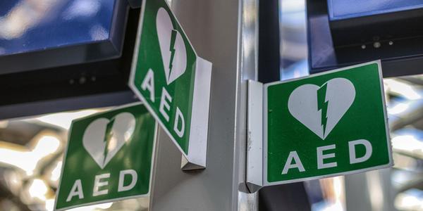 Bordje dat signaleert dat er een AED-toestel hangt