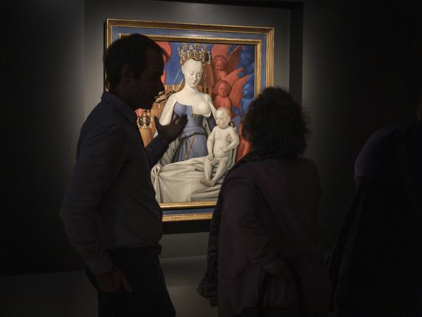 Verschillende mensen staan voor het schilderij 'Madonna' van Fouquet.
