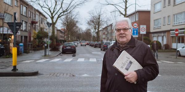 Gilbert Van Nuffel met het boek 'Wilryck - Straten en pleinen' voor de Oosterveldlaan