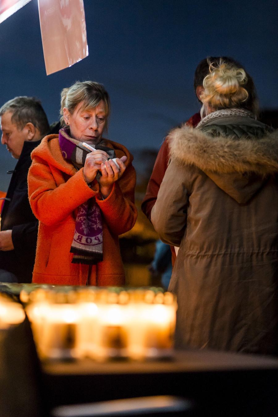 Sfeerbeeld Nocturne: vrouw schrijft een boodschap op een witte steen