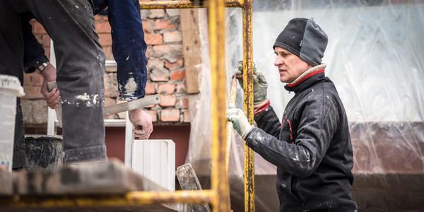 Man werkt op een bouwwerf