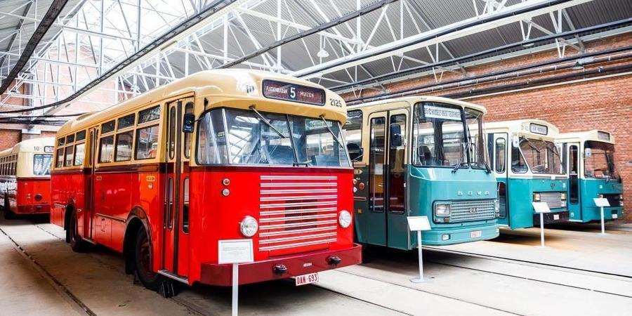 Oude bussen in Vlaams Tram- en Autobusmuseum in Berchem