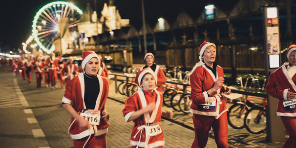 Mensen verkleed als kerstman tijden de Santa Run