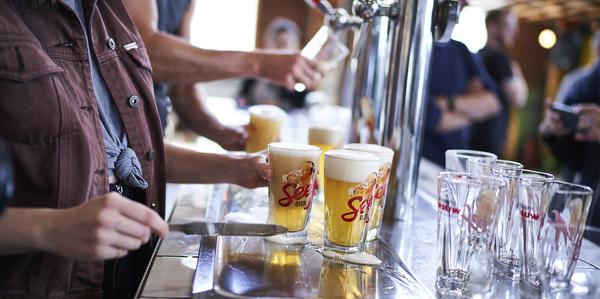 Enkele glazen Seef-bier worden getapt
