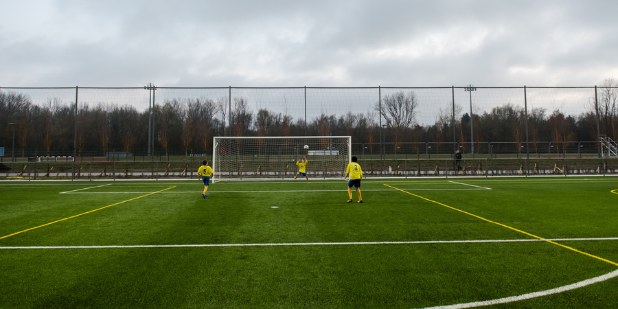 Spelers op het nieuwe kunstgras voetbalveld sportkamer Park Groot Schijn