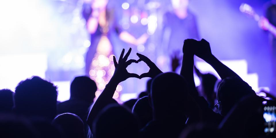 Publiek kijkt naar concert in het OLT