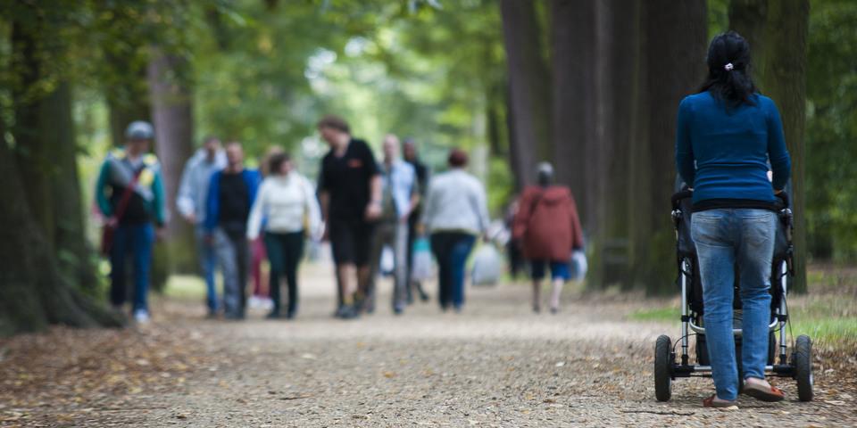Wandelaars in park Sorghvliedt