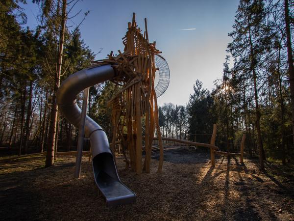 Klimtoren in het midden van het speelbos Park Groot Schijn