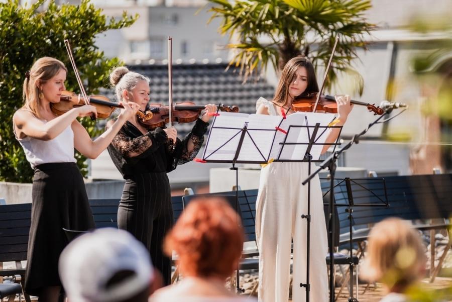 Drie vrouwen spelen op violen