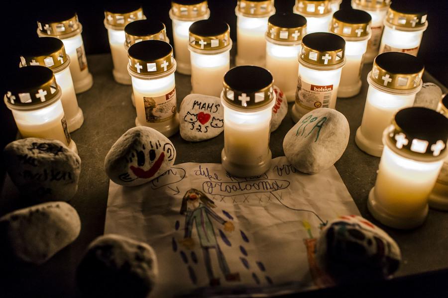 Sfeerbeeld Nocturne: een tekening ligt tussen de kaarsen