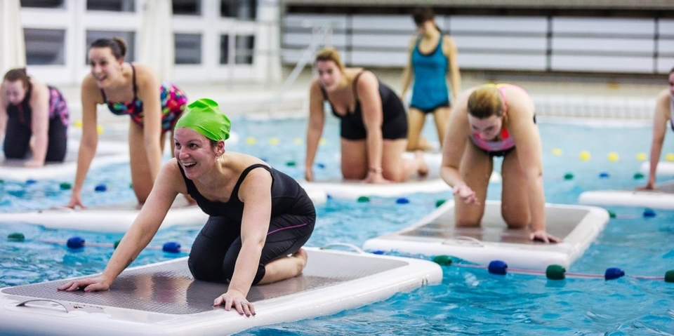Een les floatfit op matten op het water