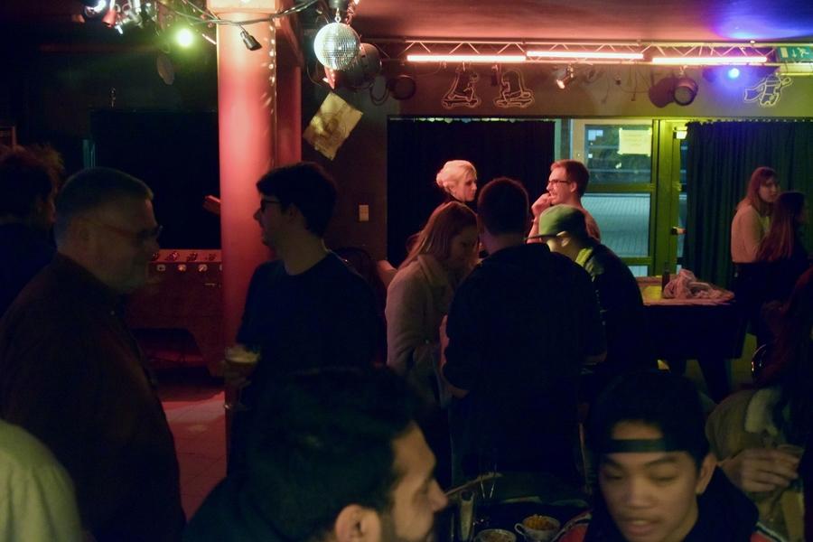 Pratende jongeren in het café van Jeugdcentrum Vizit