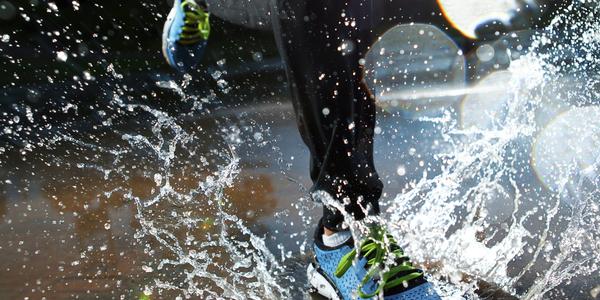 persoon loopt door het water