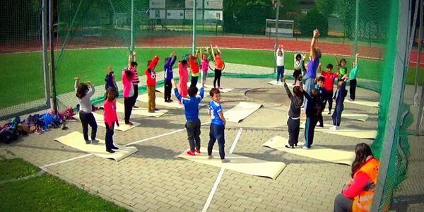 kinderen sporten tijdens de scholensportdag