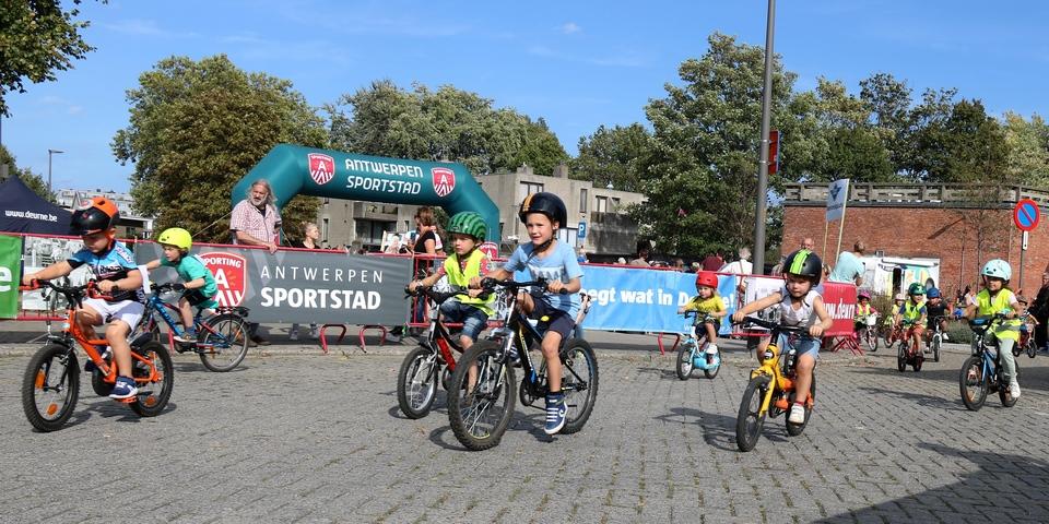 Kinderen fietsen rondom het Arenaplein tijdens Deurne Koerst!