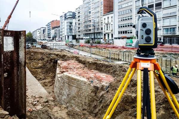 Ook de landmeter is ter plaatse om de muren op te meten.