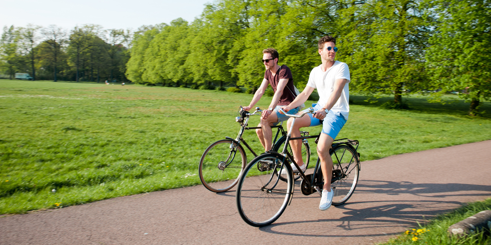 Twee mannen genieten van een ontspannende, zonnige fietstocht