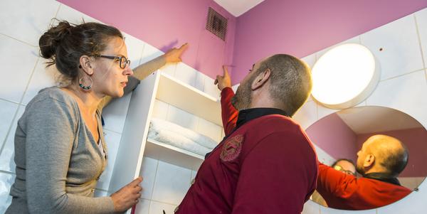 Een ventilatierooster in de badkamer