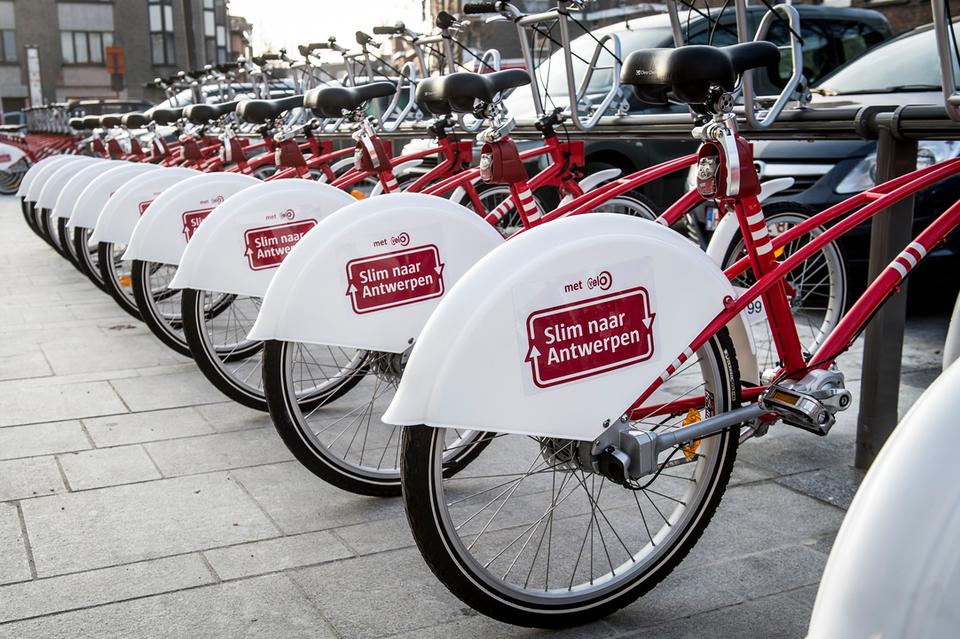 Fietsen met Slim naar Antwerpen op in een fietsstation