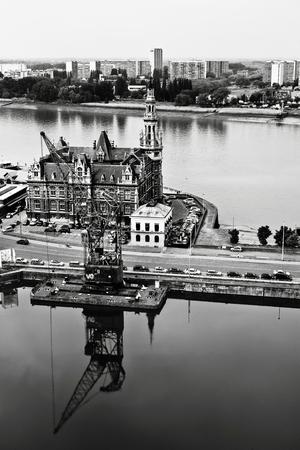 Een zwart-witfoto van het Loodswezengebouw op het Eilandje, waar het monument-memoriaal wordt gerealiseerd.