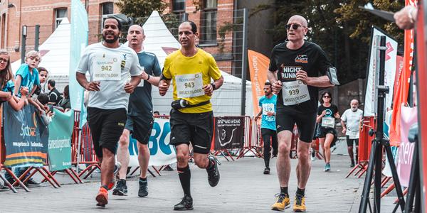 Lopers op weg naar de finish