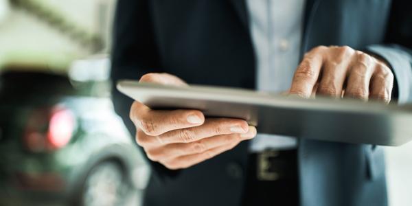 man gebruikt tablet om een melding te maken
