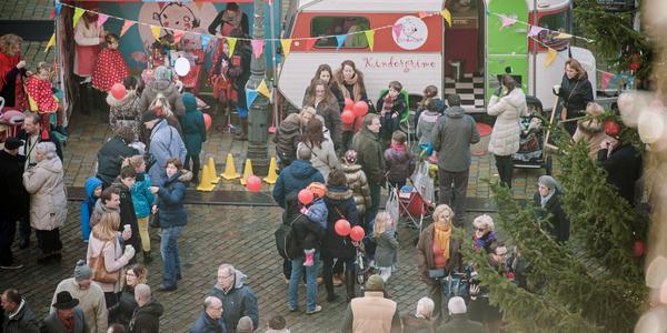 Mensen amuseren zich tijdens een straatfeest.